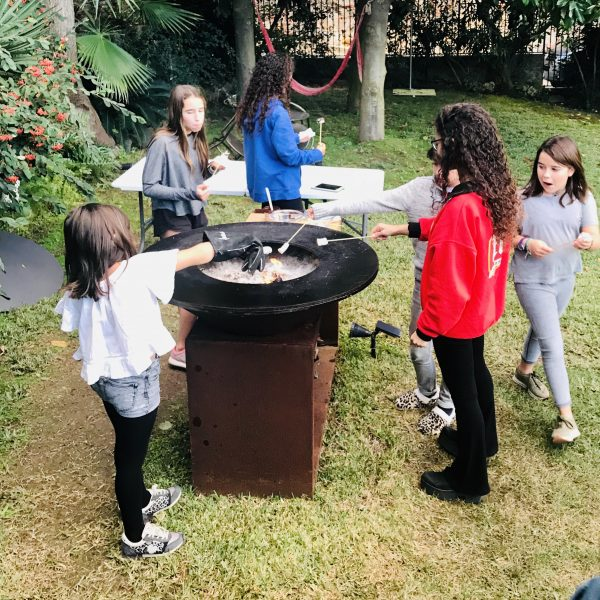 ofyr isla corten jardin niños scaled Barbacoa redonda Ofyr en acero corten oxidado con mueble leñero y tabla de corte de madera o granito